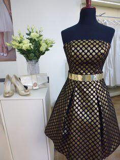 Stylizacja na dziś...  Najnowszy model krótkiej sukni projektantów FULARA & ŻYWCZYK. Serdecznie zapraszamy do Salonu  w Katowicach. www.fularazywczyk.pl #dress #gold #suknia wizytowa #druhna #nowoczesna suknia