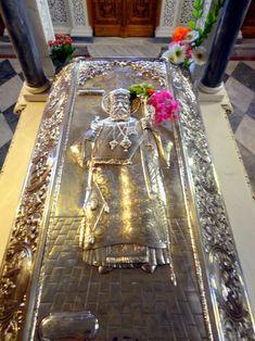 Photo of The Skull of St.Nektarios from Kondos in Aegina in Greece. Orthodox Prayers, Orthodox Christianity, Church Icon, Famous Historical Figures, Byzantine Icons, Effigy, Religious Art, Christian Faith, Holy Spirit