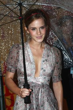 Emma Watson attends the world premiere of 'Harry Potter and the Half Blood Prince' held at the Odeon Leicester Square on July 7, 2009 in London, England. - World Premiere - Harry Potter And The Half Blood Prince - Inside Arrivals Crediti : Zimbio Instagram : https://www.instagram.com/we.love.emma.watson.crush/ Passate dal nostro gruppo ; https://www.facebook.com/groups/445446642475974/ Twitter : https://twitter.com/GiacomaGs/status/907646326359445509 ? ~EmWatson