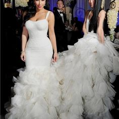 Kim Kardashian in her second Vera Wang wedding gown. Vera Wang standing beside her. Second Wedding Dresses, Wedding Dresses With Straps, Sweetheart Wedding Dress, Lace Mermaid Wedding Dress, Sexy Wedding Dresses, Cheap Wedding Dress, Mermaid Gown, Dress Lace, White Dress