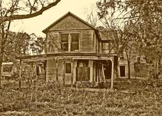 I drove home from Chillicothe, Ohio through Spargursville, once a thriving community. Three years ago, I photographed the same house. house still standing. Old Abandoned Houses, Abandoned Buildings, Old Houses, Ghost Towns, Vintage Photos, Ohio, Rustic, House Styles, City