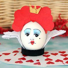 Man muss nicht zweimal hinschauen, um zu sehen, dass die Rote Königin einen großen Kopf hat. Kein Wunder, dass die Krone, die sie der Weißen Königin gestohlen hat, auf ihren roten Locken so winzig aussieht. Auf diese lustige Weise kannst du die impulsive Königin auf ihren Platz verweisen!
