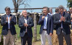 El acuerdo contempla seis puntos Por: Elida Thiery Alfonso Pray Gay, Miguel Lifschitz, Mauricio Macri y Ricardo Buryaile. VENADO TUERTO - Fue una espera compleja de casi dos horas, al sol, en un corral, con mucho calor, no solo para las 400 vacas en