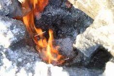 AirLife Mundial te explica que el metano es una sustancia incolora, inodora e insoluble al agua, se presenta en forma de gas, lo que provoca en la salud son las quemaduras que provoca si entra en ignición, es asfixiante y puede desplazar al oxígeno en un espacio cerrado. http://airlifeservice.com/
