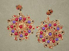Brinco em crochê de fio de metal, cobre esmaltado em dourado, bordado com pérolas coloridas e cristais swarovski.