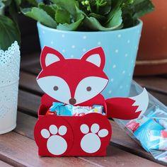 SnapWidget | Das jüngste Sasibellakind ist zum Geburtstag eingeladen. Auch habe ich eben noch fix den Plotter angeschmissen und this Süße Box zusammen gebastelt. Drin Sind kleine Kinderschokis. #basteln #cameo #silhouette #fuchs #fox #papier #box #diy #kinderschokolade #woodland