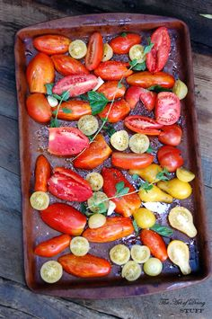 Roasted tomatoes also make a near-orgasmic tomato soup. Puree them, add some chicken broth and shallots, simmer for as long as you can stan. Side Recipes, Fruit Recipes, Vegan Recipes, Vegan Food, Roasted Tomato Sauce, Roasted Tomatoes, Olives, Oven Dried Tomatoes, Winter Salad