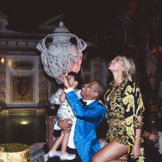 """Brides.com: Crazy in Love: Our Favorite Personal Photos of Beyoncé and Jay Z. """"Look Blue! It's mommy and daddy topping the charts."""""""