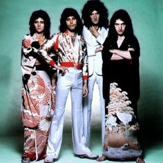 I want those kimonos! Queen - John Deacon, Freddie Mercury, Brian May and Roger Taylor Brian May, John Deacon, Queen Freddie Mercury, Save The Queen, I Am A Queen, Queen Banda, Hard Rock, Roger Taylor Queen, Oufits Casual