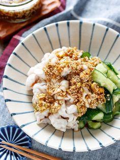 かち割りきゅうりと豚しゃぶの香味だれ【#包丁不要】 by Yuu 「写真がきれい」×「つくりやすい」×「美味しい」お料理と出会えるレシピサイト「Nadia | ナディア」プロの料理を無料で検索。実用的な節約簡単レシピからおもてなしレシピまで。有名レシピブロガーの料理動画も満載!お気に入りのレシピが保存できるSNS。