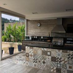 Espaço gourmet com muito charme, revestimentos marcenaria Patio Kitchen, Outdoor Kitchen Design, Patio Dining, Modern Kitchen Design, Dining Rooms, Kitchen Window Sill, Cuisines Design, Bars For Home, Sweet Home
