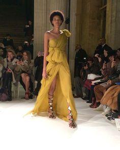 #ELLEshowtime #지암바티스타발리 의 쿠튀르쇼! 특유의 여성스럽고 로맨틱한 드레스들이 가득했습니다! @giambattistavalliparis #pfw #hautecouture #파리 #오트쿠튀르 #ellekorea #엘르코리아  via ELLE KOREA MAGAZINE OFFICIAL INSTAGRAM - Fashion Campaigns  Haute Couture  Advertising  Editorial Photography  Magazine Cover Designs  Supermodels  Runway Models