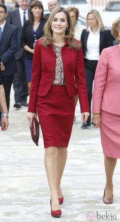 Queen Letizia was in Portugal, the Queen was accompanied by the First Lady of Portugal, Maria Cavaco Silva Closure of the International Congress on Rare Diseases (Moita) November 2014 Suits For Women, Clothes For Women, Jessica Parker, Beautiful Suit, Power Dressing, Queen Letizia, Red Skirts, Office Outfits, Work Outfits