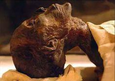 Hatshepsut, Egipto. En 2007, arqueólogos descubrieron en el Valle del los Reyes de Egipto el cuerpo momificado de la reina-faraón Hatshepsut, sepultado 3.500 años atrás. Considerada en la época faraónica como una mujer muy bella, las uñas aún conservan un pigmento rojo y la piel de los dedos está recubierta con dibujos pintura negra.