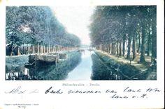 Gezicht op de Nieuwe Vecht en de Vechtbrug (ophaalbrug tot 1928) lopend van Vechtstraat naar Wipstrikkerallee bij de Rhijnvis Feithlaan (links) en het Sophia ziekenhuis, ca. 1910. Links is de wal veranderd in een kade waar de turfschepen makkelijk konden lossen. Rechts de Philosofenallee waar pas in 1911 bestrating zou komen.