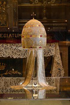 Manifattura lionese Triregno di Papa Pio VII,  ante 1821 Tessuto d'argento, filo dorato, lamina d'argento,  Città del Vaticano, Sacrestia papale