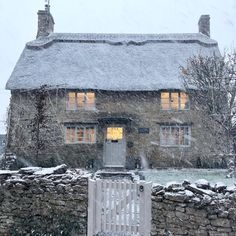 Looks like that cute cottage from the film 'The Holiday' Looks like this cute little house from the movie & … Style Cottage, Cute Cottage, Cottage Homes, Cottage Bedrooms, French Cottage Decor, My French Country Home, English Country Decor, British Country, Cottages Anglais