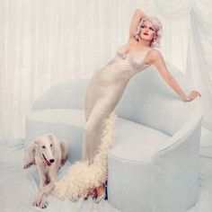 In Richard Avedon photographed Marilyn Monroe for Life Magazine. The resulting photo story featured her beautifully portraying legendary actresses Clara Bow, Lillian Russell, Jean Harlow, Theda Bara and Marlene Dietrich. Robert Mapplethorpe, Robert Doisneau, Jean Harlow, Fotos Marilyn Monroe, Marylin Monroe, Gordon Parks, Diane Arbus, David Lachapelle, Mae West