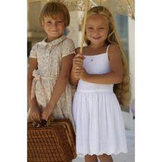 """Vestido infantil É também delicioso o vestido branco com alças, em cambraia bordada. Como em """"Alice no País das Maravilhas"""", também a convidada especial para o lanche merece um vestido a condizer! Como este vestido florido de gola redonda, manguinhas super delicado, perfeito para tardes de brincadeiras e diversões."""