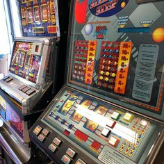 Super Joker, Royal runner, Step Step, Jackpot 2000, 4000kr-10000kr/stk. Velfungerende spilleautomater. Automatene fungerer veldig bra. De tar dagens 10 og 20 kroner, ingen sedler. #gjenbruksbutikk #bruktfunn #gjenbrukifokus #gjenbrukergøy #visitøstfold #gårdsbutikk #levlandlig #nostalgiskinteriør #vintage #vintageinterior #gamleskatter #samledilla #elskergamleting #iaskim #selminyttogbrukt #bruktbutikk #gjenbruksglede #bruktkuppfunn #spilleautomater #spilleautomat @ Selmi Nytt og Brukt Sonos, Pinball, Jukebox, Royals, Joker, The Joker, Jokers, Comedians, Royalty