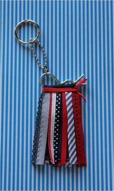 .Porta-chaves #5 - [fitas azuis/ vermelhas/ brancas e ferragens - frente/verso iguais]: 7 fitinhas.   https://www.facebook.com/cemfitas
