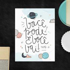 """Esse poster segue impresso com a frase """"Você pode e você vai"""" e mostra nuvens, planetas e luas!"""