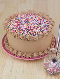 Layer cake y cupcakes de chocolate y nutella Cake Decorating Designs, Cake Decorating Videos, Rodjendanske Torte, Buttercream Cake Designs, Cupcake Cakes, Cake Cookies, Cake Recipes, Dessert Recipes, Pastel Cakes