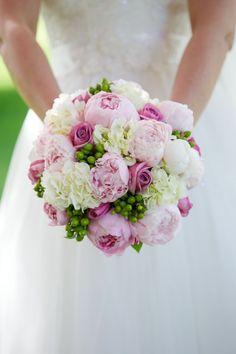 runder Hochzeitsstrauß in Weiß, Rosa und Grün, Kombination von Rosen und Pfingstrosen