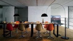 Ein absoluter Hingucker und eine schöne Beleuchtungslösung für Esstische: Die vom Italiener Joe Colombo 1967 designte Bogenleuchte Coupé 3320/R von Oluce ist auf diesem Foto gleich in doppelter Ausführung zu sehen.