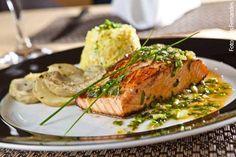 Agamat (jantar) Salmão grelhado com ervas, servido com fundo de alcachofra e risoto piemontês