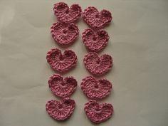 Coeurs au crochet rose, lot de 10, appliques. : http://www.alittlemarket.com/ecussons-appliques/fr_coeurs_au_crochet_rose_lot_de_10_appliques_-13333565.html