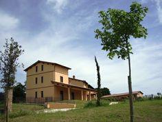 Vista dell'edificio unifamiliare. Complesso residenziale BORGO CARDETO, San Martino in Colle, Perugia, ITALIA. Edifici di qualità nel verde delle colline Umbre con Piscina e giardini privati. http://www.gbmcoop.it/