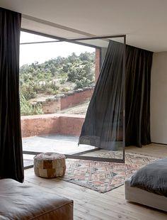 Summer style! Pivoting window or door! Steel and glass - so gorgeous! Besök inlägget om du vill veta mer.