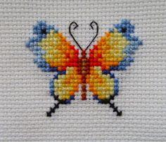 en een mooie tekst -Vlinder en een mooie tekst - Preciosa mariposa con tonos anaranjados y con unas medidas considerables para descargar en punto de cruz. Tiny Cross Stitch, Butterfly Cross Stitch, Cross Stitch Bookmarks, Cross Stitch Cards, Cross Stitch Samplers, Cross Stitch Animals, Cross Stitch Flowers, Cross Stitch Designs, Cross Stitch Embroidery