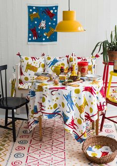 Cats on the table!? Of course, but these are guaranteed not to tear down anything. Instead, they will be a cheerful surprise on a set table. Adorned with lovely edging in cheerful colors.