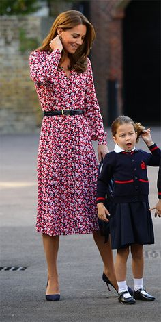 Kate Middleton and Prince William dropped Princess Charlotte off on her first day of School at Thomas's Battersea wearing a red floral dress by Michael Kors and a belt and high heels Kate Middleton Outfits, Cabelo Kate Middleton, Style Kate Middleton, Duchesse Kate, Princesse Kate Middleton, Style Royal, Kate Dress, Prince William And Catherine, William Kate