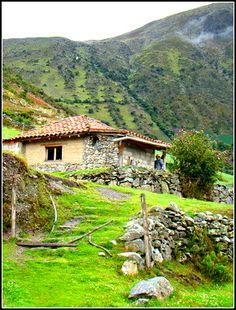 Gavidia, un paraje de mucho encanto por su ambiente paramero. El pueblo de casas de pequeños ladrillos de adobe y piedra se esparce en un terreno muy verde y de pequeños arroyos. Mérida, Venezuela
