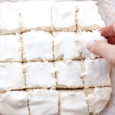 Keto and Sugar Free Marshmallows are the childhood flavor hero you need. So fluffy and delightful, you won't miss the sugar at all, you'll just be askin' f High Protein Muffins, Flavored Marshmallows, Recipes With Marshmallows, Sugar Free Deserts, Sugar Free Recipes, Low Carb Desserts, Low Carb Recipes, Flour Recipes, Sugar Free Marshmallow Recipe