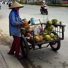 Cocos a la venta. Adiós/adéu #Vietnam! Nos has gustado por tus paisajes tus cielos con nubes juguetonas y tus gentes amables y sonrientes. Guardaremos tu recuerdo con cariño #vietnam16im #visitvietnam