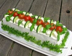 mozzarella-tomaati-basilika voileipäkakku Easy Healthy Meal Plans, Sandwich Torte, Fruits Decoration, Salad Cake, Tuna Cakes, Food Carving, Food Garnishes, Tea Sandwiches, Food Platters
