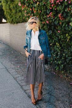 Pantacourt listrada, blusa branca, jaqueta jeans, scarpin