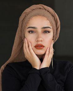 I'm wearing the premium cotton in Hazelnut lippie is Fenty Beauty 'freckle fiesta' - Hijab Hijab Turban Style, Mode Turban, Hijab Outfit, Hijab Makeup, Hair Makeup, Head Scarf Styles, Scarf Head, Girl Hijab, Hijab Bride