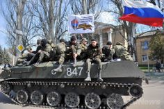 ウクライナ東部ドネツク(Donetsk)州スラビャンスク(Slavyansk)で軍服を着て武装した男性たちを乗せ、ロシア国旗を掲げて市内を走る装甲車(2014年4月16日撮影)。(c)AFP/GENYA SAVILOV ▼16Apr2014AFP ウクライナ東部にロシア国旗掲げた装甲車 http://www.afpbb.com/articles/-/3012808 #Slovyansk #Slavyansk #eastern_Ukraine