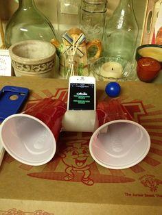 Todo el mundo ha oído hablar de los altavoces de rollo de papel higiénico para iPhone, pero agregarle unos vasos realmente puede amplificar el sonido.