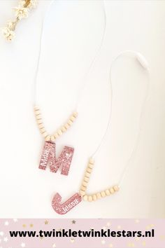 Deze kinderketting is volledig met de hand gemaakt. De letters zijn in hars gegoten en gevuld met verschillende glitters. De letters zijn gepersonaliseerd met naam. De letterkettingen zijn ook verkrijgbaar als cijferkettingen. Leuk als verjaardagsketting! De kettingen zijn afgewerkt met houten naturel kralen. Leuk om te krijgen, maar ook leuk om te geven! #letterketting #cijferketting #verjaardagsketting #kinderketting Twinkle Star, Twinkle Twinkle, Pearl Necklace, Beaded Necklace, Lettering, Pearls, Jewelry, String Of Pearls, Beaded Collar