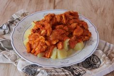 Pechuga de pollo con tomate sobre cama de patatas