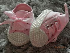 1 million+ Stunning Free Images to Use Anywhere Cute Baby Shoes, Baby Girl Shoes, Baby Knitting, Crochet Baby, Baby Shoes Pattern, Baby Converse, Baby Bling, Baby Couture, Baby Sneakers