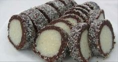 Salam de biscuiți Raffaello, a … Baking Recipes, Cookie Recipes, Dessert Recipes, Czech Desserts, Kolaci I Torte, Romanian Food, Russian Recipes, Ice Cream Recipes, Dessert Bars