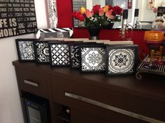 Quadrinhos wood tile no clássico black & white. Puro charme!
