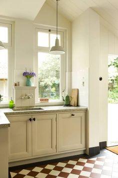 Handgemaakte keukens op maat - Uw keuken op maat - De Zeug Cozy Kitchen, New Kitchen, Kitchen Dining, Kitchen Cabinets, Painting Tile Floors, Painted Cottage, Old Wall, Home Kitchens, Decoration